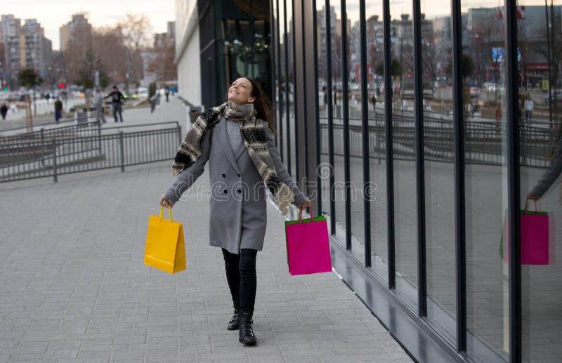Menina com sacos de compra - sally fotografia de stock