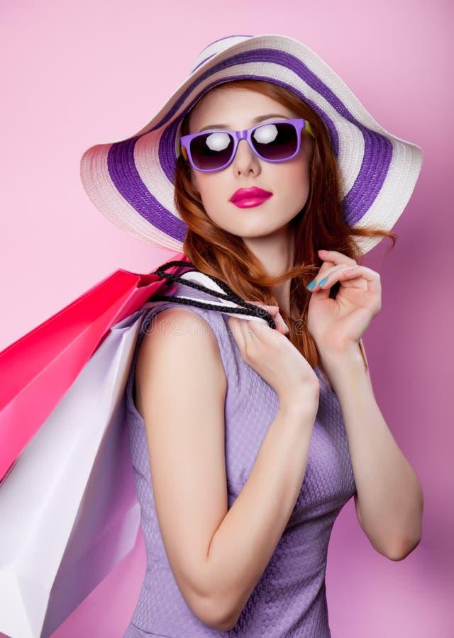 Menina com sacos de compras e roupa roxa imagens de stock