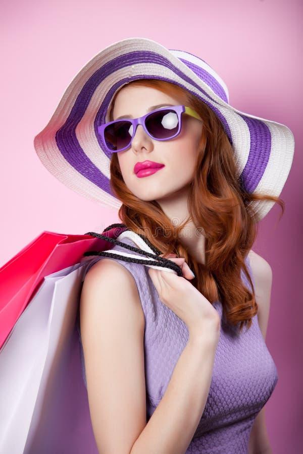 Menina com sacos de compras e roupa roxa imagens de stock royalty free