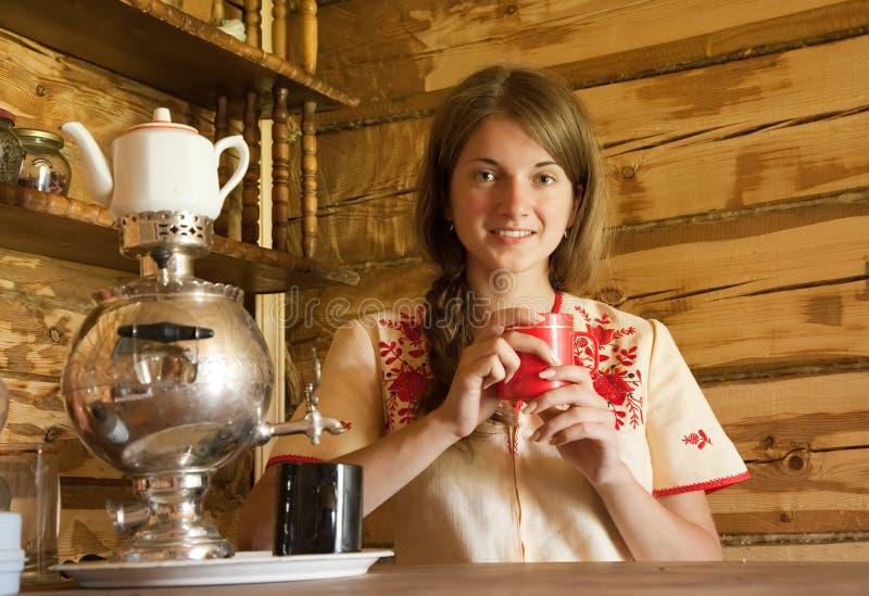 Menina com samovar tradicional fotografia de stock royalty free