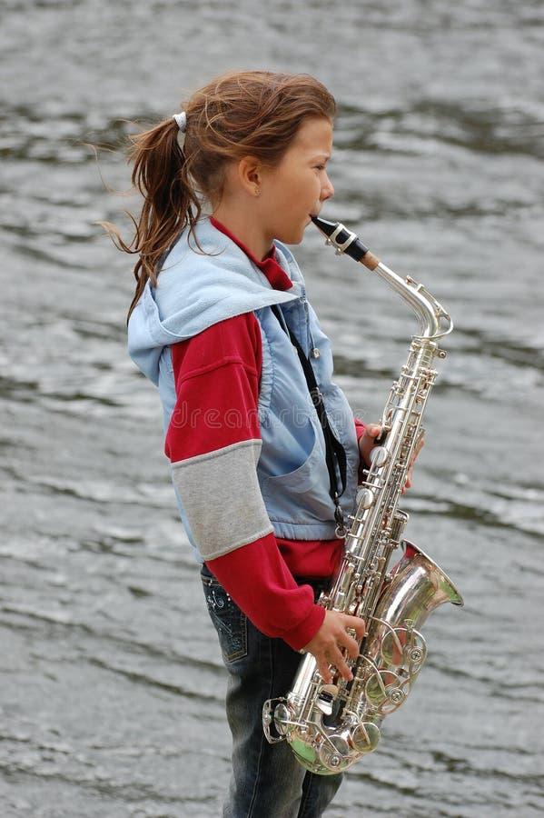 Menina com saxofone imagens de stock