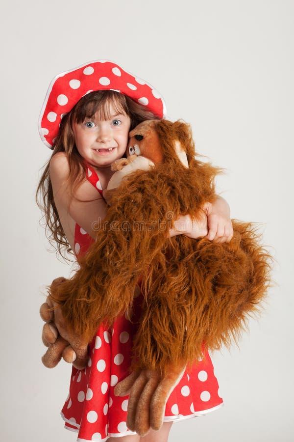 Menina com seu brinquedo favorito fotografia de stock