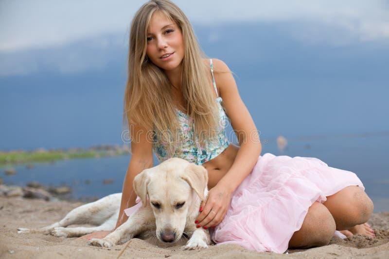 Menina com seu cão foto de stock royalty free