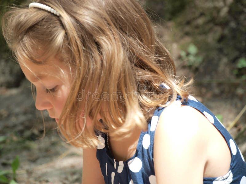 Menina com seu cabelo para baixo e olhando para baixo imagens de stock royalty free