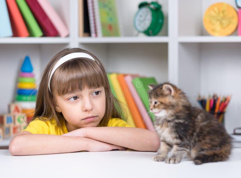 Menina com seu gatinho fotografia de stock
