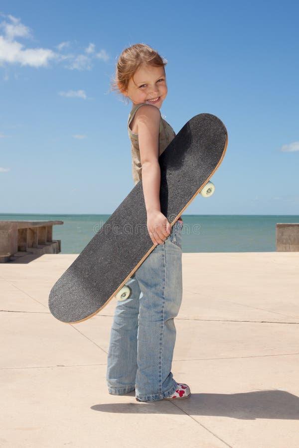Download Criança com skate imagem de stock. Imagem de feliz, patim - 29845869