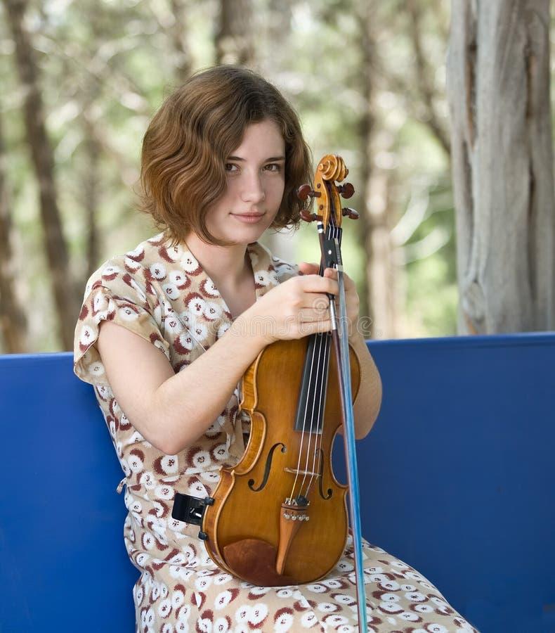 Menina com seu violino imagens de stock royalty free