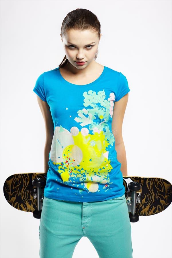 Menina com skate imagens de stock royalty free