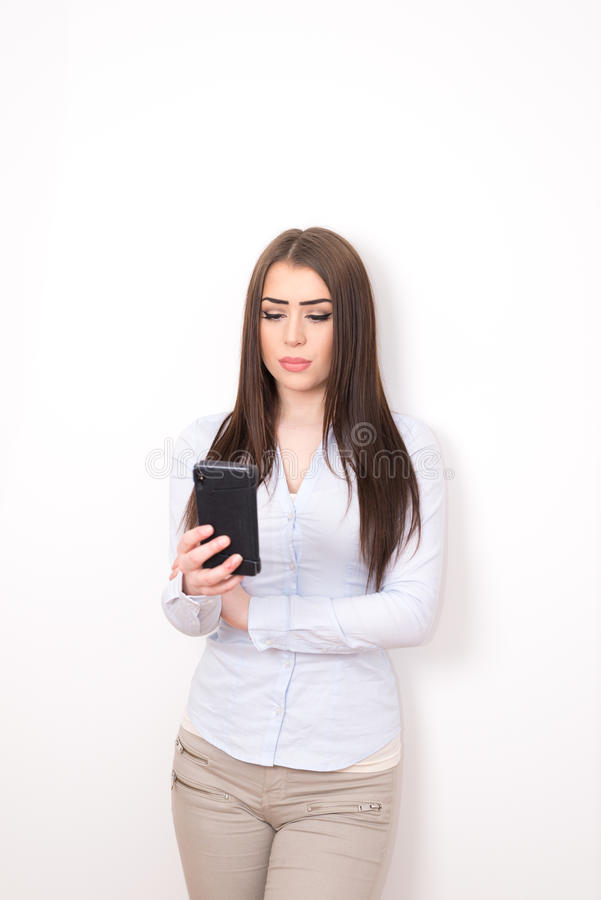 Menina com smartphone fotos de stock royalty free