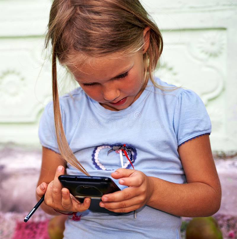 Menina com smartphone fotografia de stock royalty free