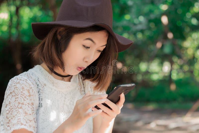 Menina com smartphone imagens de stock