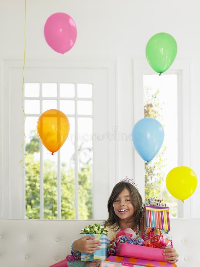 Menina com sorriso dos presentes de aniversário imagens de stock royalty free