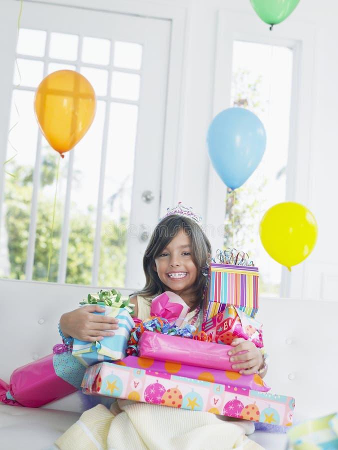 Menina com sorriso dos presentes de aniversário fotos de stock royalty free