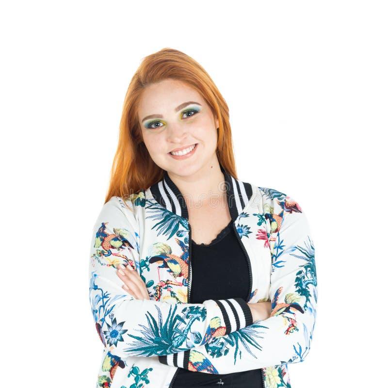 Menina com sorrisos cruzados dos braços confiável Vestir Redheaded da menina fotografia de stock