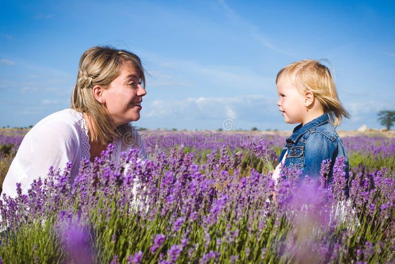 Menina com sua mãe no campo da alfazema imagem de stock