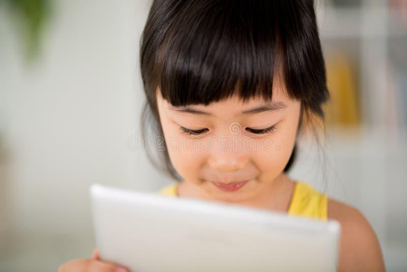 Menina com tabuleta digital imagem de stock royalty free