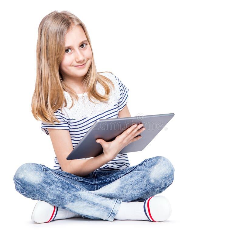 Menina com tabuleta Estudante pequena bonito com um PC da tabuleta imagens de stock
