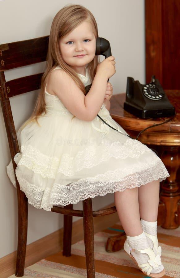Menina com telefone do vintage imagens de stock royalty free