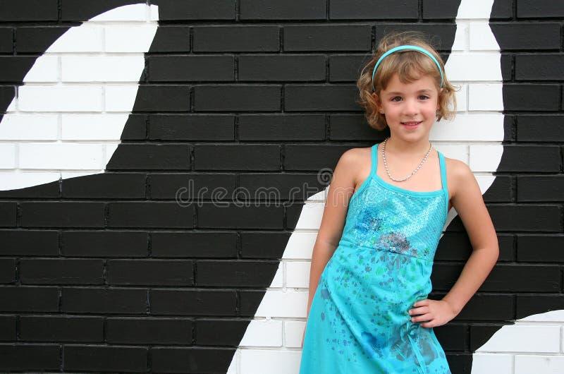 Menina com tijolo preto e branco fotos de stock