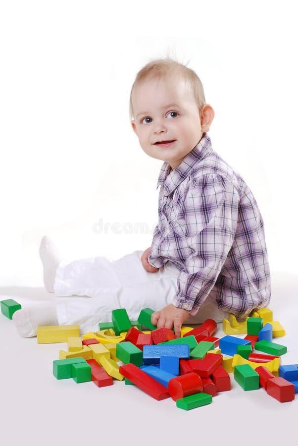 Menina com tijolos do brinquedo fotos de stock