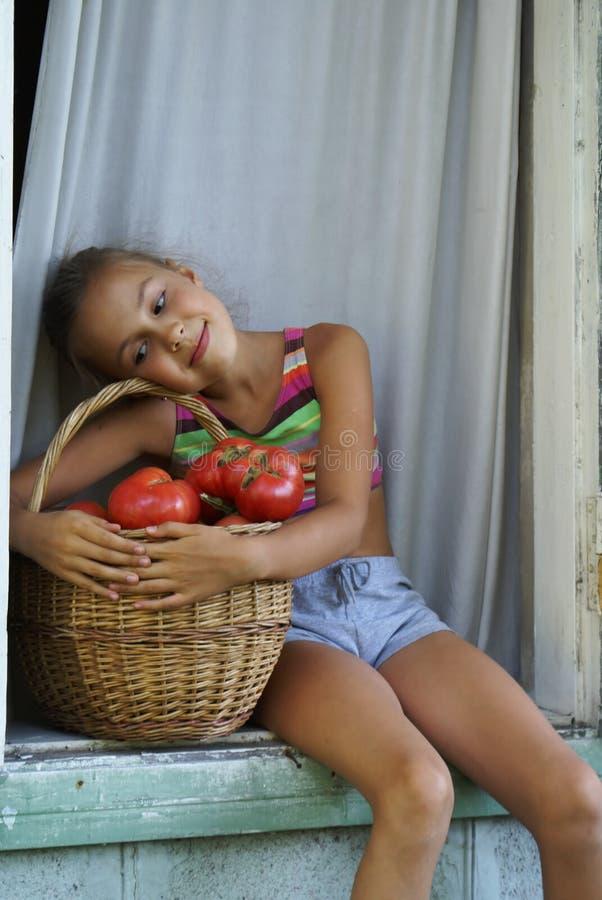 Menina com tomates fotos de stock royalty free