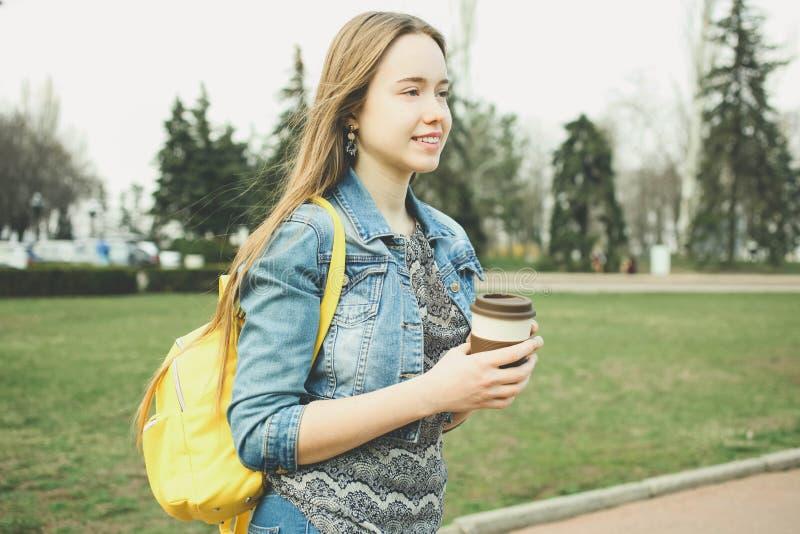 Menina com a trouxa amarela ? moda brilhante fotos de stock royalty free