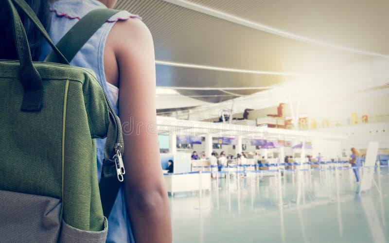 Menina com a trouxa que entra no aeroporto foto de stock royalty free