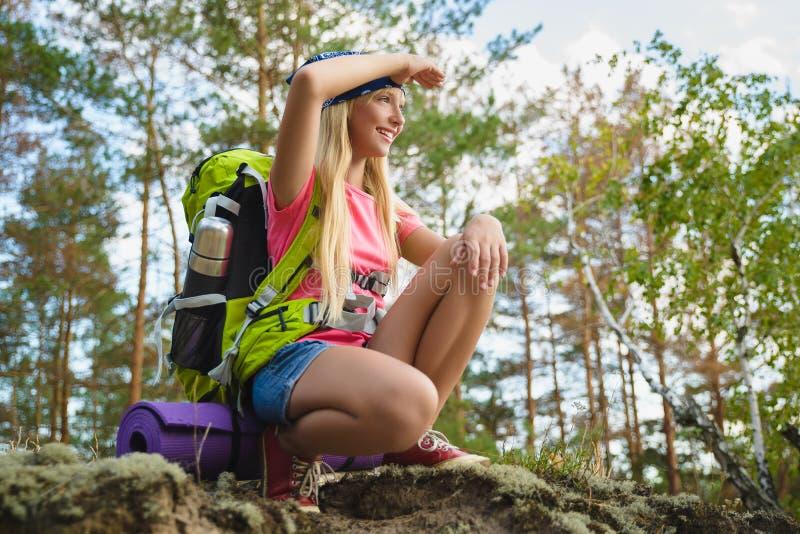 Menina com a trouxa que olha na distância Aventura, curso, conceito do turismo fotografia de stock royalty free