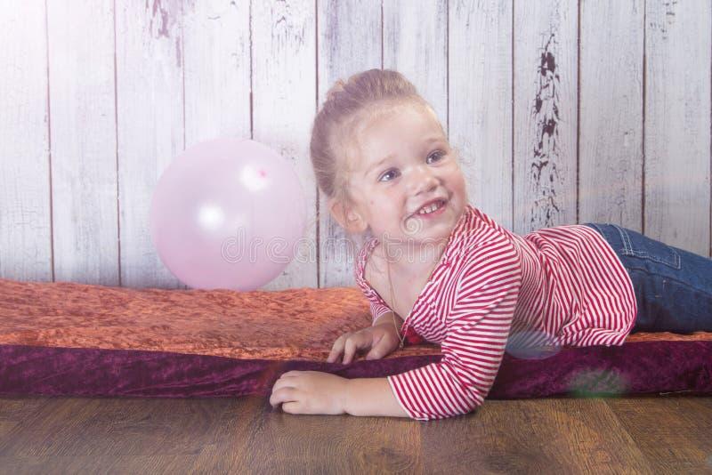 Menina com um balão fotografia de stock royalty free