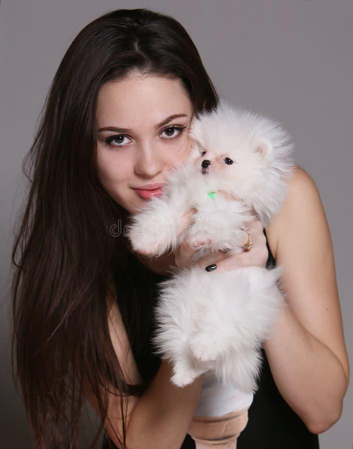 Menina com um cão branco imagens de stock