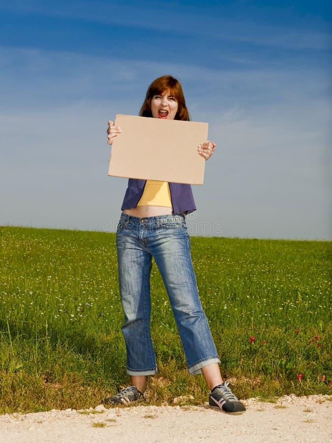 Menina com um cartão de papel imagens de stock royalty free
