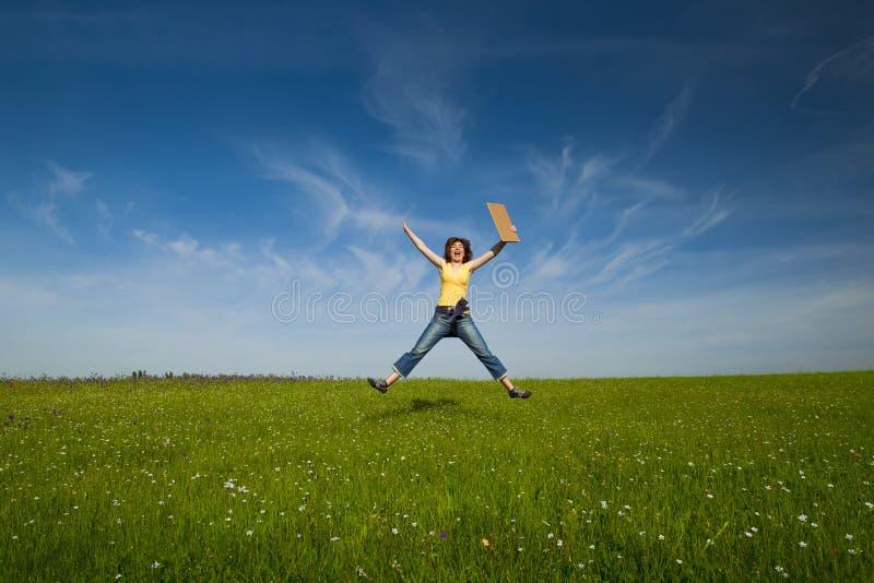 Menina com um cartão de papel fotografia de stock royalty free