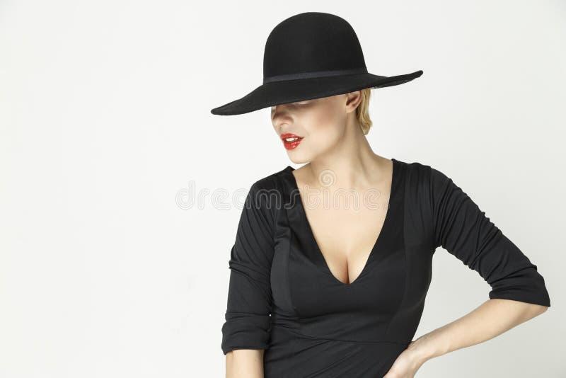 Menina com um chapéu e um decote imagem de stock royalty free