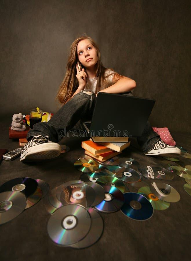 Menina com um computador imagens de stock