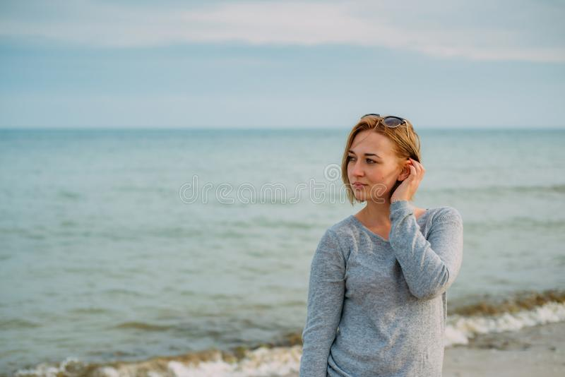 Menina com um corte de cabelo curto pelo mar foto de stock