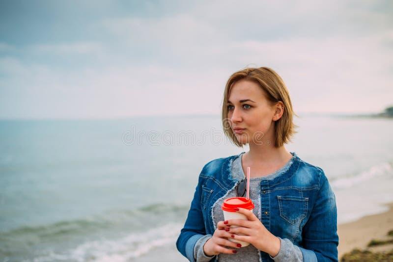 Menina com um corte de cabelo curto pelo mar foto de stock royalty free