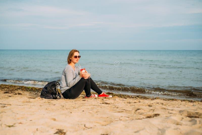 Menina com um corte de cabelo curto pelo mar fotografia de stock