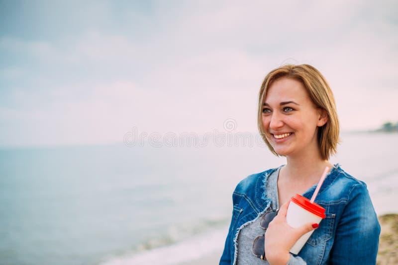 Menina com um corte de cabelo curto pelo mar fotos de stock royalty free