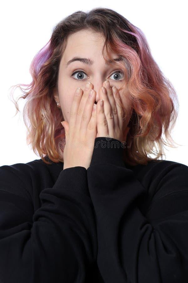 Menina com um corte de cabelo em um fundo branco Emoção brilhante da surpresa Cabelo vermelho imagem de stock royalty free