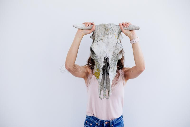 Menina com um crânio de um animal fotografia de stock royalty free