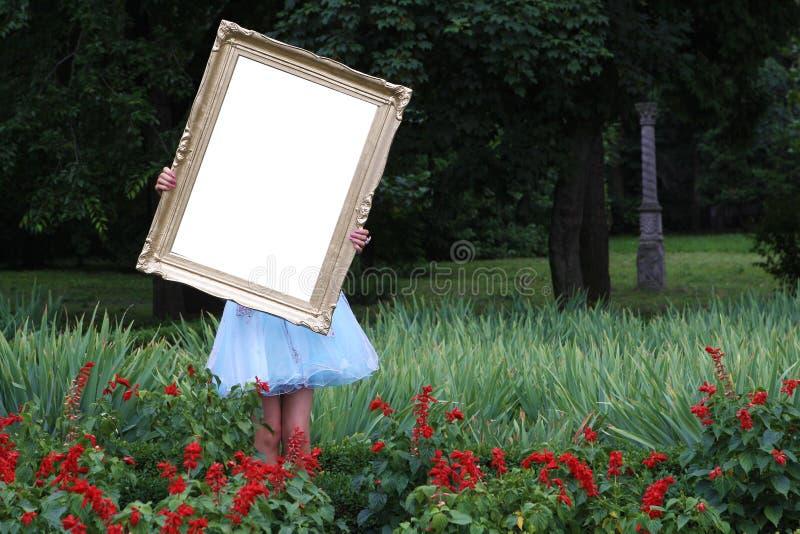 Menina com um frame da foto imagens de stock royalty free