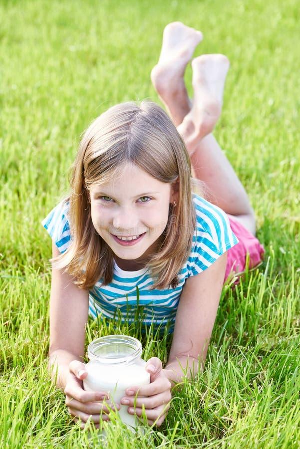 Menina com um jarro de leite fotografia de stock royalty free