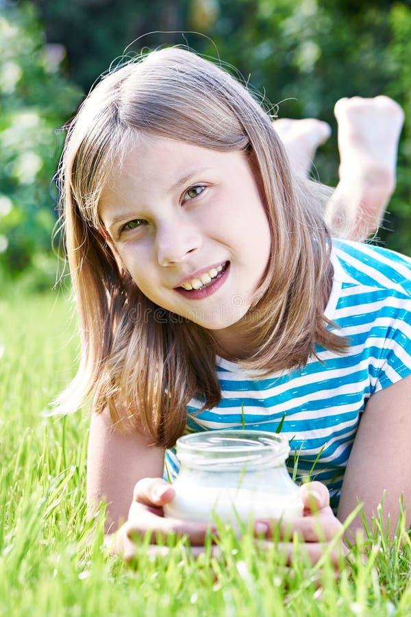 Menina com um jarro de leite fotos de stock