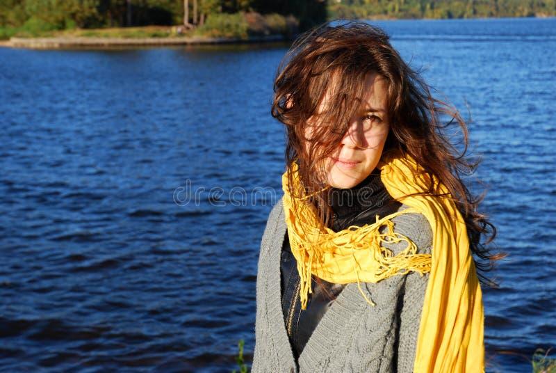 Menina com um lenço amarelo fotografia de stock royalty free