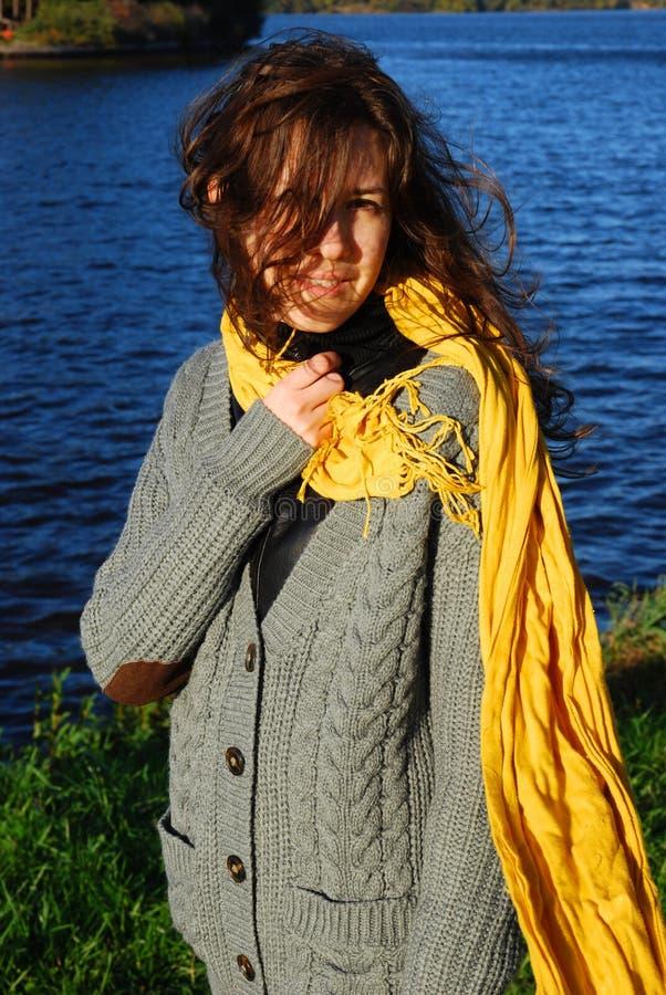 Menina com um lenço amarelo imagens de stock royalty free