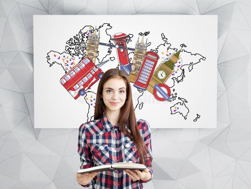 Menina com um livro e vistas de Londres imagem de stock royalty free