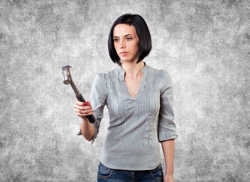 Menina com um martelo foto de stock