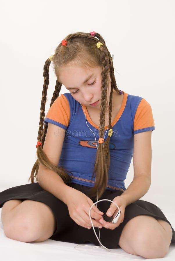 Menina com um mediaplayer IV imagens de stock royalty free