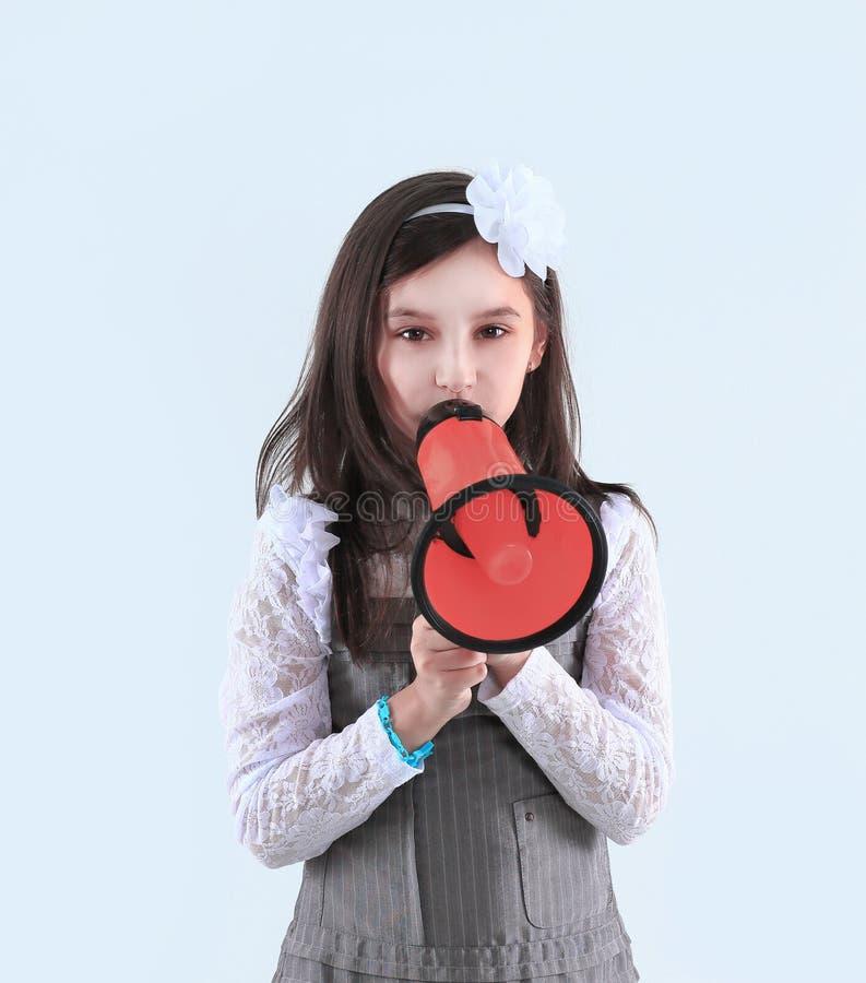 Menina com um megafone vermelho Isolado no fundo branco imagens de stock