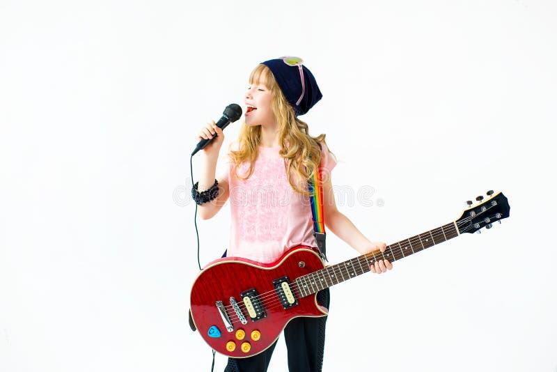 Menina com um microfone fotos de stock royalty free